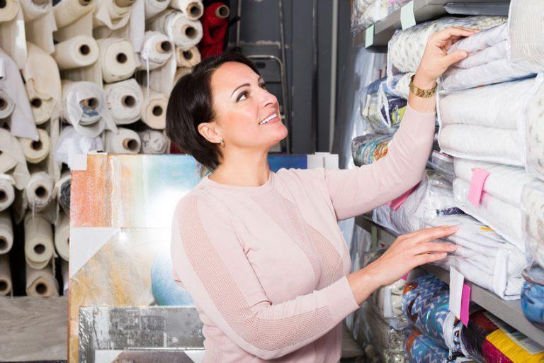 Mujer buscando cubrecamas